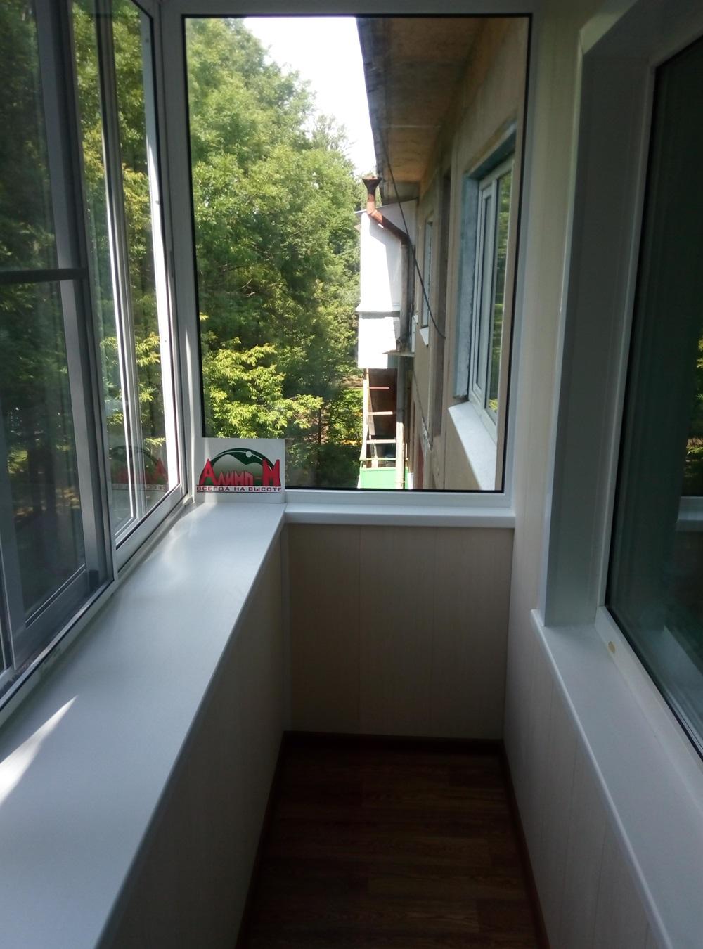 Г-образный балкон с выносом по подоконнику.